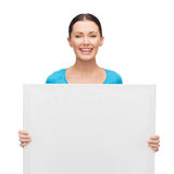 Muchacha sonriente con el tablero en blanco blanco Imagenes de archivo
