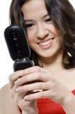 Muchacha sonriente con el teléfono Foto de archivo