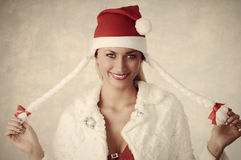 Muchacha sonriente con estilo de la Navidad Imagenes de archivo