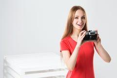 Muchacha sonriente con la cámara Fotografía de archivo