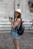 Muchacha sonriente con la cámara Imagen de archivo libre de regalías