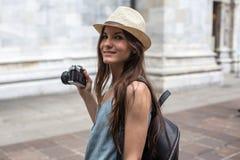 Muchacha sonriente con la cámara Imagenes de archivo