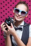 Muchacha sonriente con la cámara retra Fotografía de archivo libre de regalías