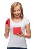 Muchacha sonriente con la caja de regalo Imagenes de archivo