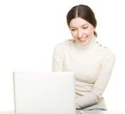 Muchacha sonriente con la computadora portátil Imágenes de archivo libres de regalías