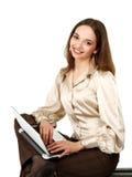 Muchacha sonriente con la computadora portátil sobre blanco Fotografía de archivo libre de regalías
