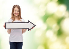 Muchacha sonriente con la flecha en blanco que señala a la derecha Imagen de archivo