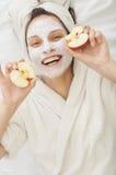 Muchacha sonriente con la máscara facial del krem Imágenes de archivo libres de regalías