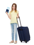 Muchacha sonriente con la maleta, el boleto y el pasaporte Foto de archivo libre de regalías