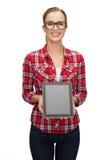 Muchacha sonriente con la pantalla en blanco de la PC de la tableta Fotos de archivo libres de regalías
