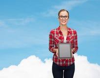 Muchacha sonriente con la pantalla en blanco de la PC de la tableta Imagen de archivo libre de regalías