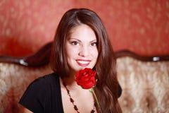 Muchacha sonriente con la rosa del rojo Fotografía de archivo libre de regalías