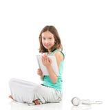 Muchacha sonriente con la tableta digital blanca Foto de archivo libre de regalías