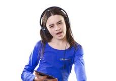 Muchacha sonriente con la tableta digital que canta Imágenes de archivo libres de regalías