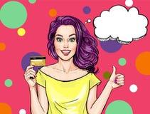 Muchacha sonriente con la tarjeta de banco Muchacha del arte pop Mujer con la tarjeta del banck Imagenes de archivo