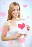 Muchacha sonriente con la tarjeta de la tarjeta del día de San Valentín Imagen de archivo libre de regalías
