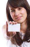 Muchacha sonriente con la tarjeta de visita Imagen de archivo libre de regalías