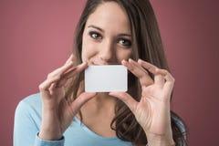 Muchacha sonriente con la tarjeta de visita Foto de archivo