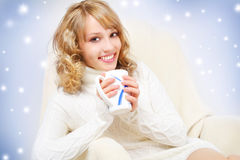 Muchacha sonriente con la taza de té Fotos de archivo libres de regalías