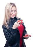 Muchacha sonriente con la taza roja Fotos de archivo libres de regalías