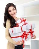 Muchacha sonriente con las cajas de un regalo Imágenes de archivo libres de regalías