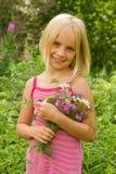 Muchacha sonriente con las flores Imagen de archivo libre de regalías