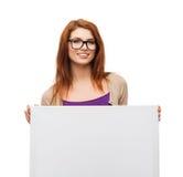 Muchacha sonriente con las lentes y tablero en blanco blanco Imágenes de archivo libres de regalías