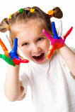 Muchacha sonriente con las palmas pintadas por una pintura. Fotografía de archivo