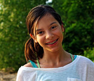 Muchacha sonriente con las paréntesis Foto de archivo libre de regalías