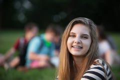 Muchacha sonriente con las paréntesis Imágenes de archivo libres de regalías