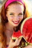 Muchacha sonriente con las pecas que sostienen la sandía Foto de archivo libre de regalías