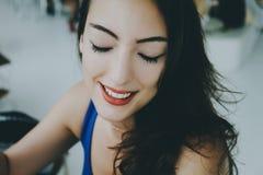 Muchacha sonriente con los ojos cerrados Imágenes de archivo libres de regalías