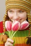 Muchacha sonriente con los tulipanes Fotos de archivo libres de regalías