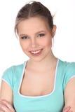 Muchacha sonriente con maquillaje y brazos cruzados Cierre para arriba Fondo blanco Fotografía de archivo libre de regalías