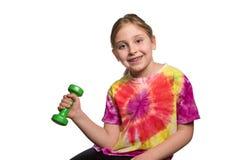Muchacha sonriente con pesas de gimnasia aislada en blanco Imagen de archivo libre de regalías