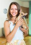 Muchacha sonriente con Russkiy Toy Terrier Imágenes de archivo libres de regalías