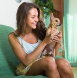 Muchacha sonriente con Russkiy Toy Terrier Fotografía de archivo libre de regalías