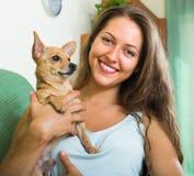 Muchacha sonriente con Russkiy Toy Terrier Fotos de archivo libres de regalías