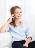 Muchacha sonriente con smartphone en casa Imagen de archivo libre de regalías
