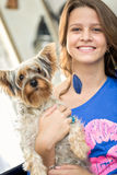 Muchacha sonriente con su perro Fotografía de archivo libre de regalías