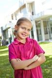 Muchacha sonriente con sus brazos cruzados Fotos de archivo