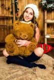Muchacha sonriente con un oso de peluche Imagenes de archivo