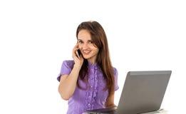 Muchacha sonriente con una computadora portátil Imagen de archivo