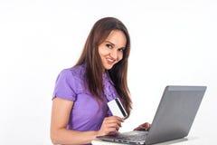 Muchacha sonriente con una tarjeta de crédito Fotos de archivo libres de regalías
