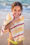 Muchacha sonriente congelada en la playa Imagenes de archivo