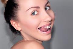 Muchacha sonriente de Fuuny con los apoyos dentales de cerámica Imagen de archivo