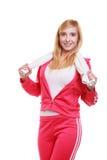 Muchacha sonriente de la aptitud de la mujer del deporte con la toalla Fotografía de archivo libre de regalías