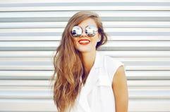 Muchacha sonriente de la moda en las gafas de sol - al aire libre Fotos de archivo libres de regalías