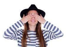 Muchacha sonriente del adolescente con el sombrero negro que la cubre ojos Fotografía de archivo