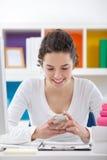 Muchacha sonriente del adolescente con el teléfono Fotos de archivo